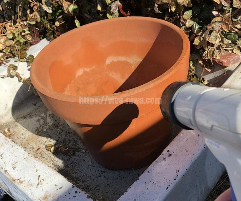 プランターの素焼を洗う