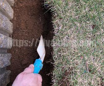 土から芝生の根っこを取り除く