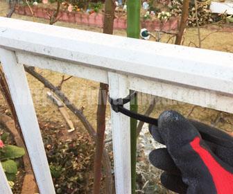 フェンスの支柱を建てる