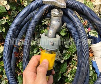 高圧洗浄機を蛇口とホースを繋げる